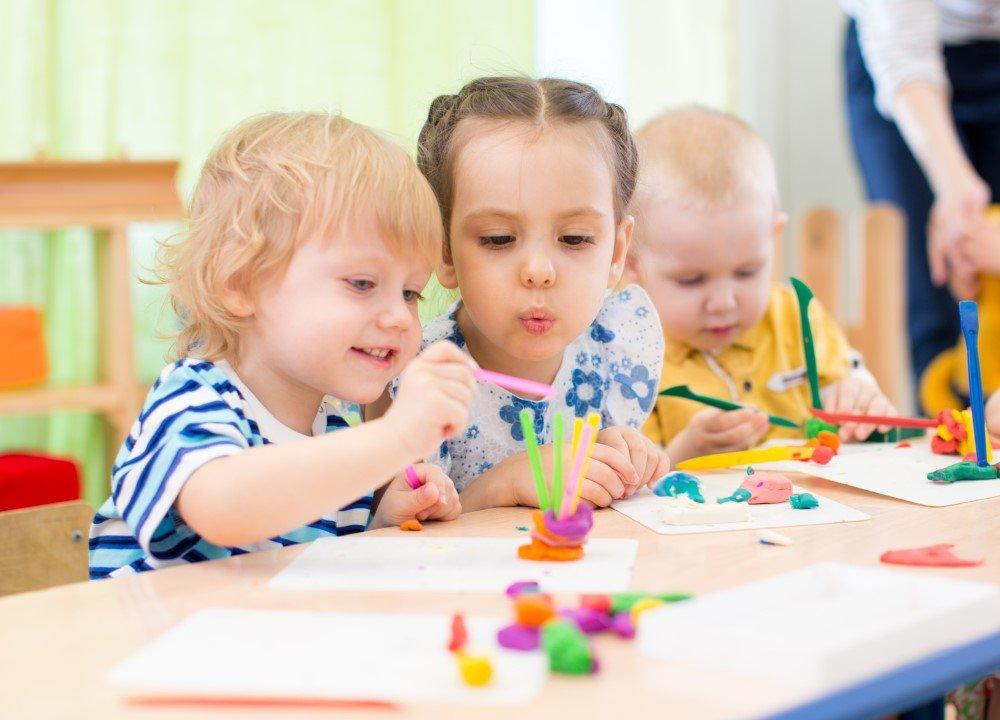 Kinder basteln mit Knete
