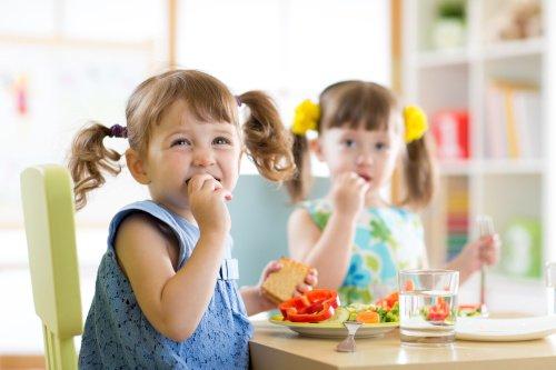 Kinder essen in der Kita