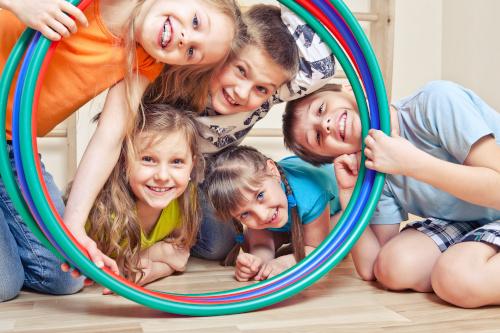 Kinder gucken durch Ringe