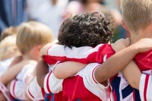 kinder im fußballverein mit rot-weißen trikots.