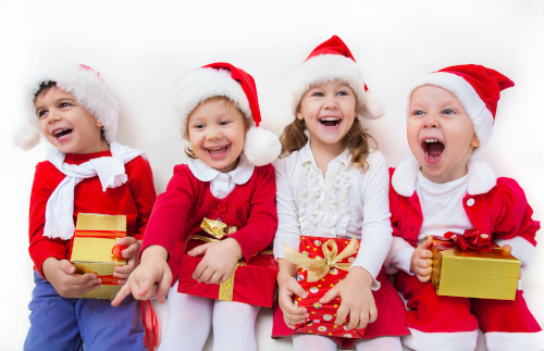 Kinder in Weihnachtsoutfits