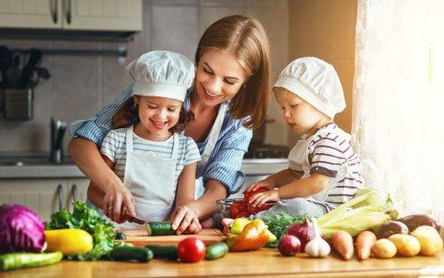 Kinder kochen mit Mutter