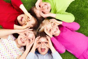 Kinder lernen Farben Lieder in der Kita und gesunde Ernährung.