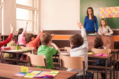 Kinder melden sich in Grundschulklasse