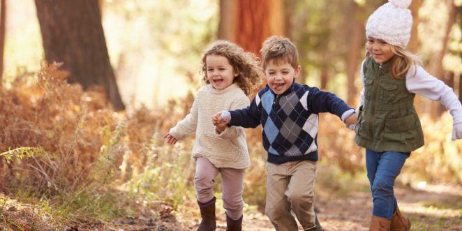 Kinder spielen auf Waldweg