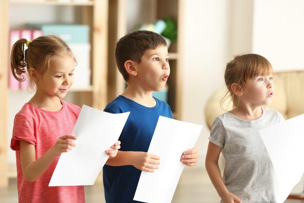 Kinder singen im Musikunterricht