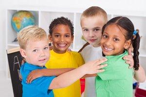 vier Kinder lächeln Arm in Arm