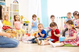 viele Kinder im Kindergarten