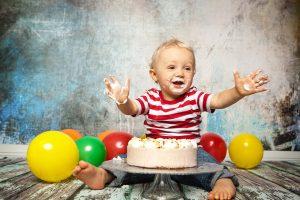 Kind mit Torte