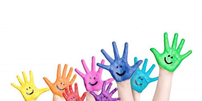 lustig und bunt bemalte Kinderhände