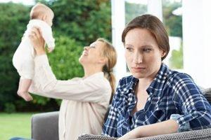 Frau ist neidisch auf Freundin mit Baby