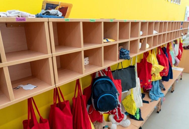Eingang eines Kindergartens mit Garderobe der Kinder