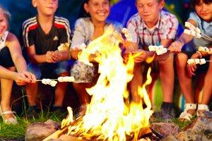 Kinder mit Marshmallows am Lagerfeuer