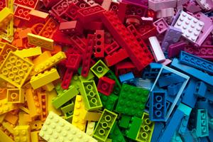 bunte Legosteine verschiedener Größe