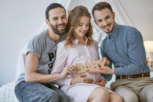 Leihmutter mit zwei Männern