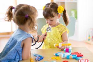 kleine Mädchen spielen Arzt