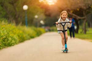 Mädchen fährt auf einem Roller