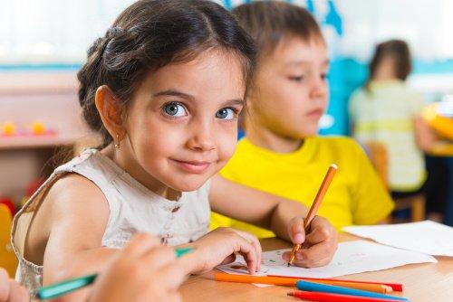 Mädchen malt im Kindergarten