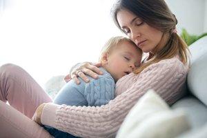 Mutter und Baby schlafen gemeinsam