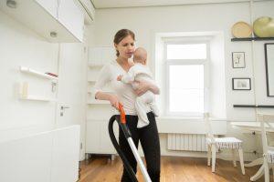 Das Erziehungsgeld für die Hausfrau ist abgeschafft.