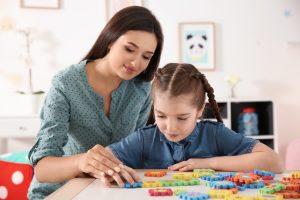 Mutter spielt mit Tochter