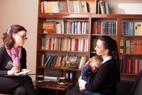 Mutter spricht mit Lehrerin