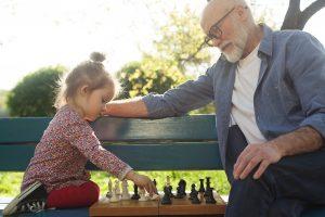 opa spielt schach mit enkelin.