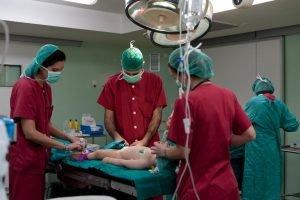 OP-Saal mit Ärzten und Kind