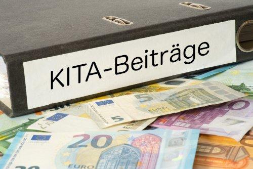 Ordner Kita-Beiträge mit Geldscheinen