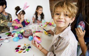 Kinder bemalen Ostereier