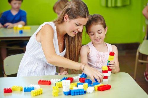 Praktikantin spielt mit Kind
