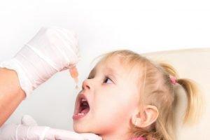 Schluckimpfung bei einem Mädchen