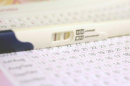 Schwangerschaftstest auf Kalender