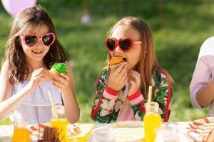 Kinder mit Essen und Getränken