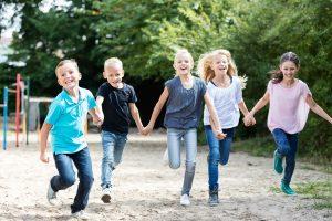 Kinder rennen in einer Reihe