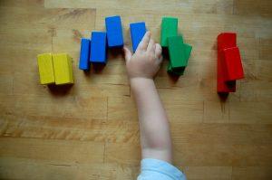 Farbenspiel Kindergarten mit Malfarben für Kinder