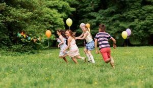 Kinder machen Geschicklichkeitsspiele für draußen