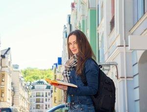 Mädchen mit Buch in einer Straße
