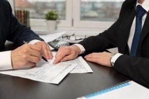 Steuerberater und Selbstständige an Tisch zur Planung