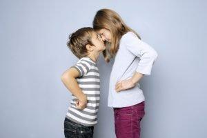 Junge und Mädchen haben Streit