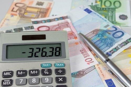 Taschenrechner auf Euro-Scheinen