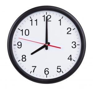 Uhr zeigt um 8
