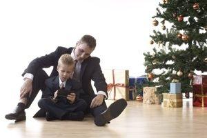 Vater und Sohn sitzen am Weihnachtsbaum