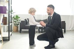 Schulkind mit Anzug