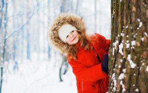 Kind in einer Winterlandschaft