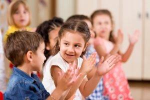 Es gibt Befürworter und Kritiker von Waldorfkindergärten.