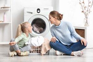 Mutter und Tochter vor Waschmaschine