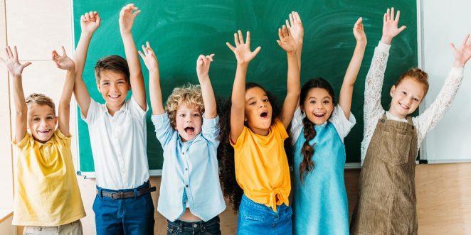 kinder bei der abschlussfeier in der grundschule