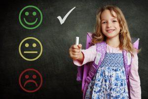 Kind steht vor einer Tafel mit Bewertungen