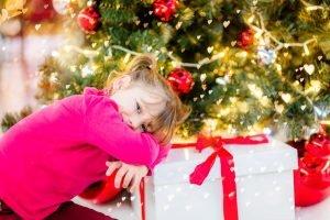 Kind wartet auf ein Geschenk